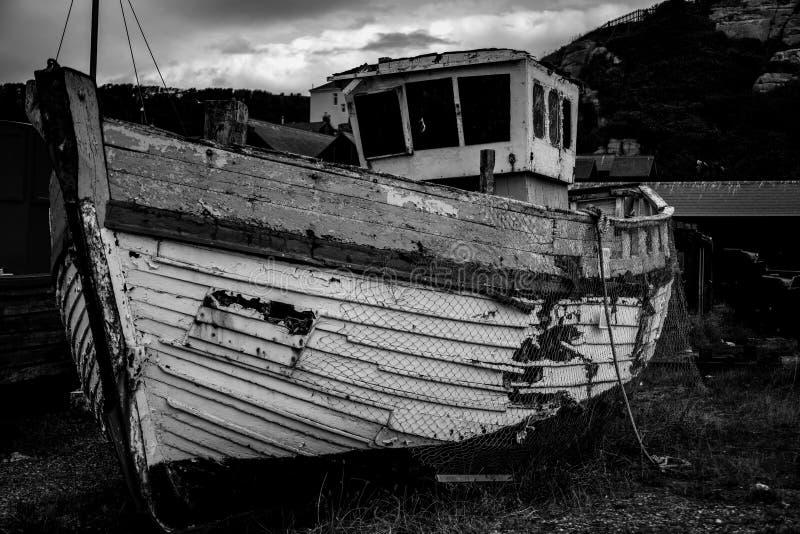 Oude vissersboot op het strand royalty-vrije stock foto's
