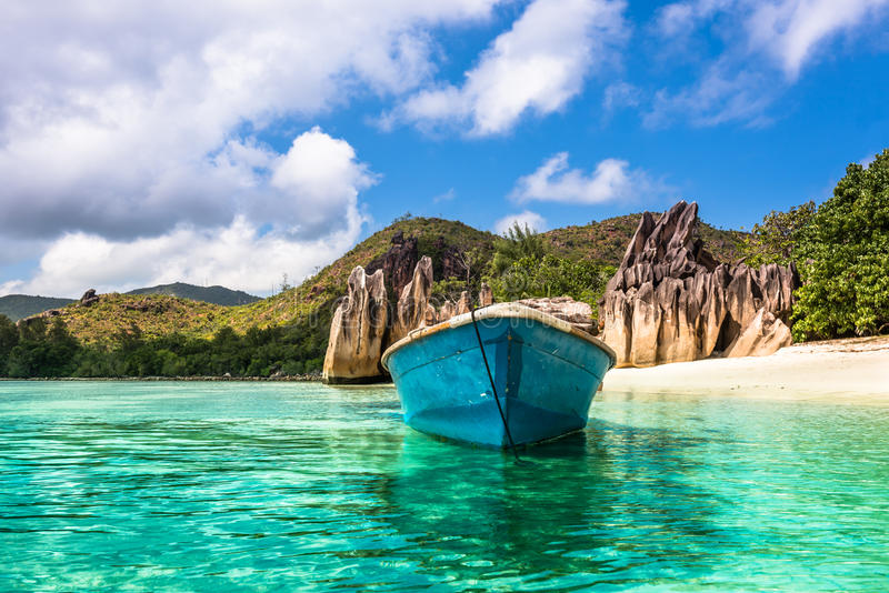 Oude vissersboot op Tropisch strand bij Curieuse-eiland Seychellen stock afbeelding