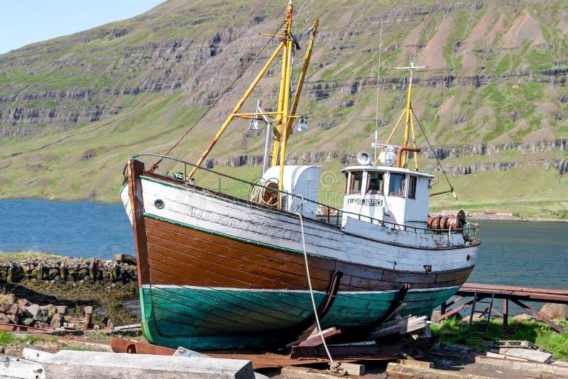 Oude vissersboot in Seydisfjordur-haven - IJsland stock afbeelding