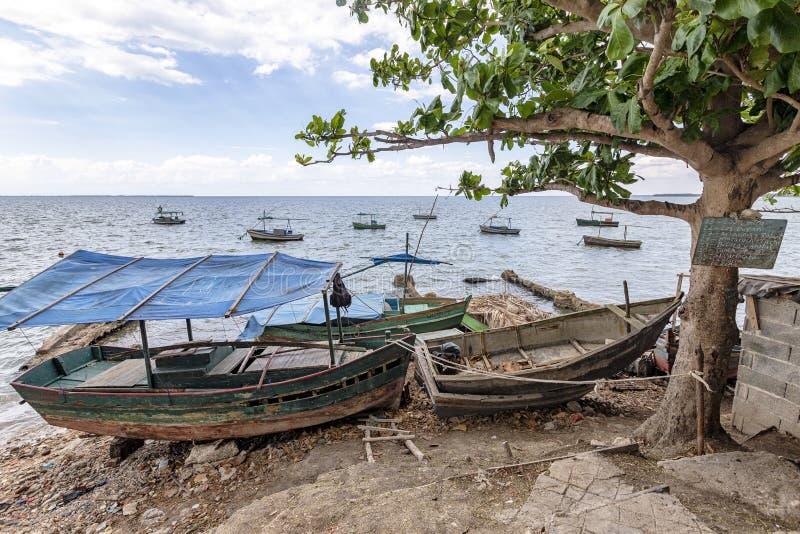 Oude vissersboten de kust van Cuba stock fotografie