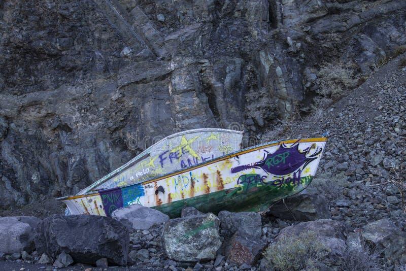 Oude vissersboten die door de lokale jeugd met graffity op het eiland van La Gomera worden bespoten stock foto