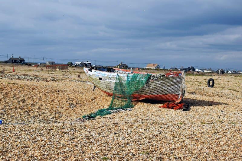 Oude vissersboten op het kiezelsteenstrand in Dungeness Kent England stock foto's