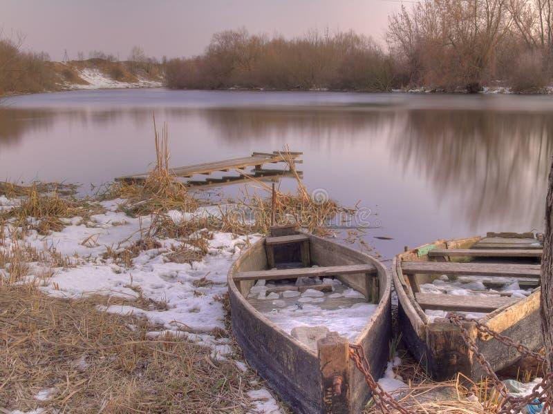 Oude vissersboten op rivier stock fotografie