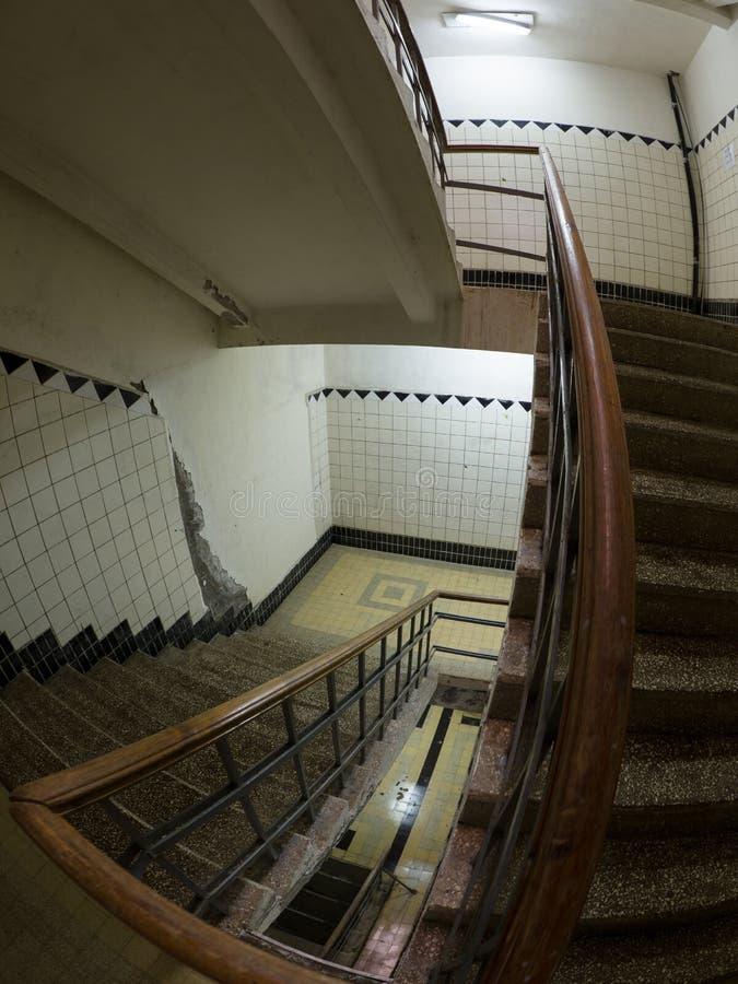 Oude voet ondergrondse trap in de verlaten bouw stock fotografie