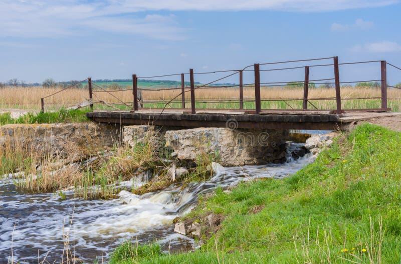 Download Oude Voetbrug Over Kleine Oekraïense Rivier Kilchen Stock Afbeelding - Afbeelding bestaande uit metaal, waterkering: 54082973