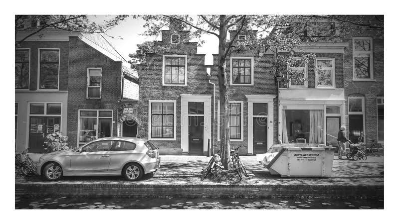 Oude voorgevels in Nederlandse stad stock afbeeldingen