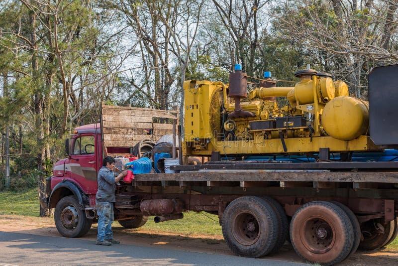 Oude vrachtwagen aangezien het voor Paraguay typisch is Op het ladingsplatform een machine om diepe putten te boren royalty-vrije stock afbeelding
