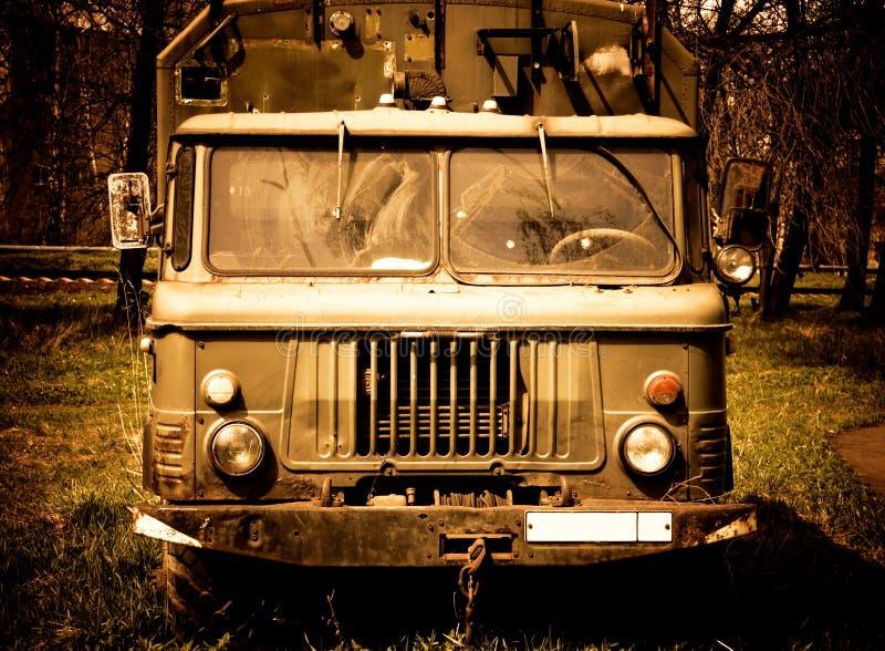 Oude vrachtwagen met rode tint royalty-vrije stock fotografie