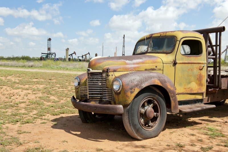 Oude vrachtwagen op het gebied royalty-vrije stock foto's