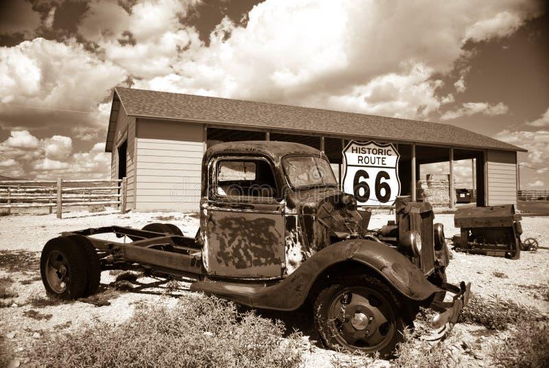 Oude vrachtwagen op oude Route 66 stock afbeeldingen