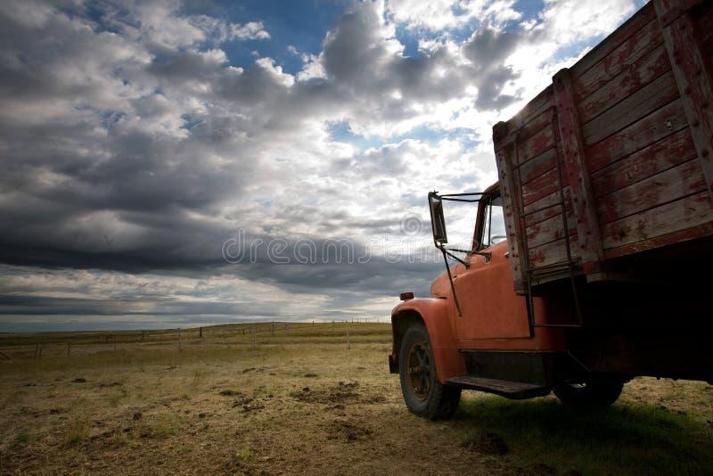 Oude vrachtwagenprairie royalty-vrije stock afbeeldingen