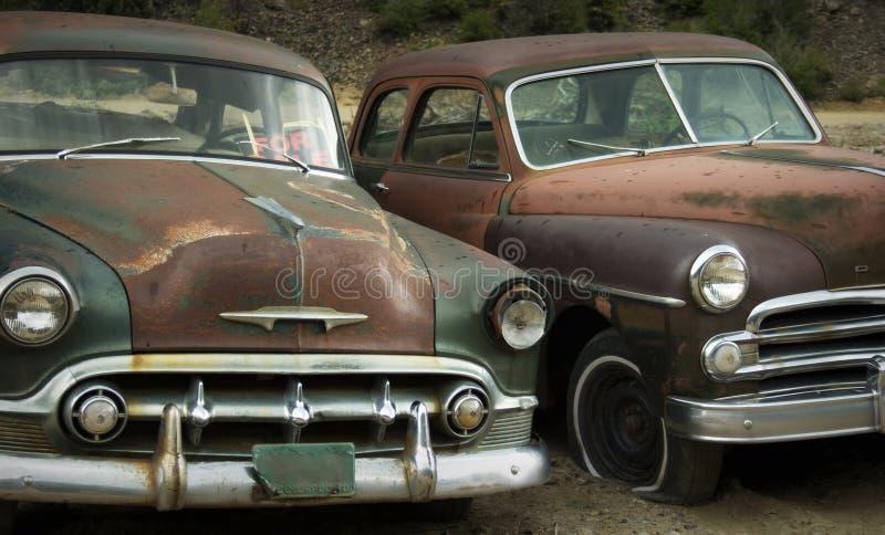 Oude Vrienden die bij het Autokerkhof VOOR VERKOOP roesten stock foto's