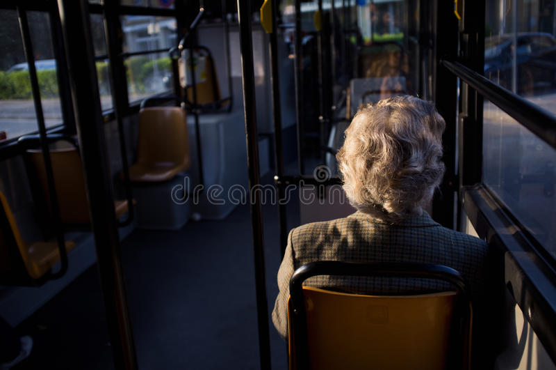 Oude vrouw in bus royalty-vrije stock afbeelding