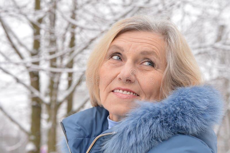 Oude vrouw in de winter royalty-vrije stock fotografie