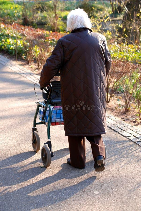 Oude vrouw die alleen loopt royalty-vrije stock foto