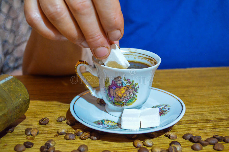 Oude vrouw die de Turkse koffie zoeten royalty-vrije stock afbeelding