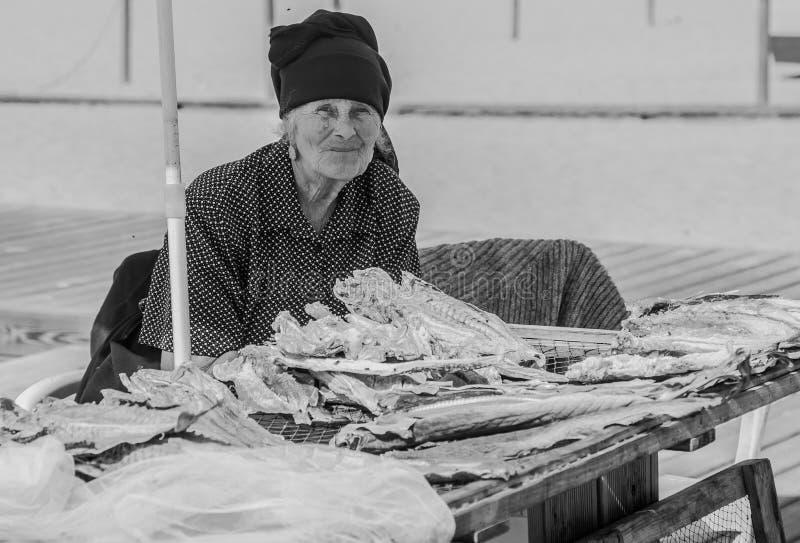 Oude vrouw die droge vissen in Nazareth verkopen royalty-vrije stock foto
