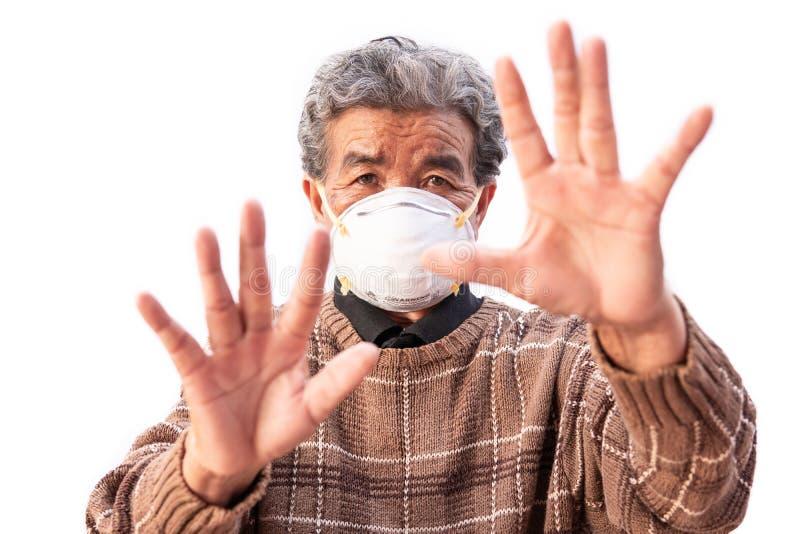 Oude vrouw die een het probleemluchtvervuiling van de maskervrees op een wit dragen royalty-vrije stock afbeeldingen