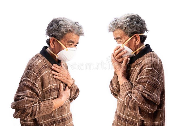 Oude vrouw die een het probleemluchtvervuiling van de maskervrees op een wit dragen royalty-vrije stock afbeelding