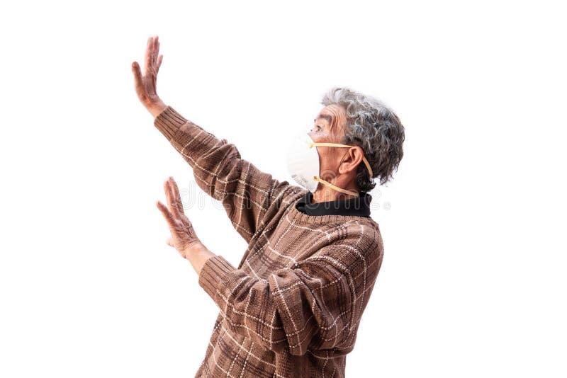 Oude vrouw die een het probleemluchtvervuiling van de maskervrees op een witte achtergrond dragen royalty-vrije stock foto's