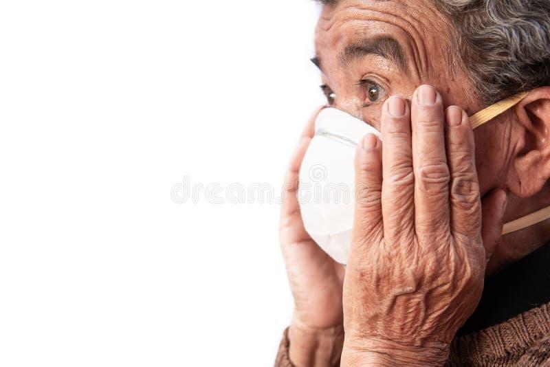 Oude vrouw die een het probleemluchtvervuiling van de maskervrees op een witte achtergrond dragen stock afbeelding