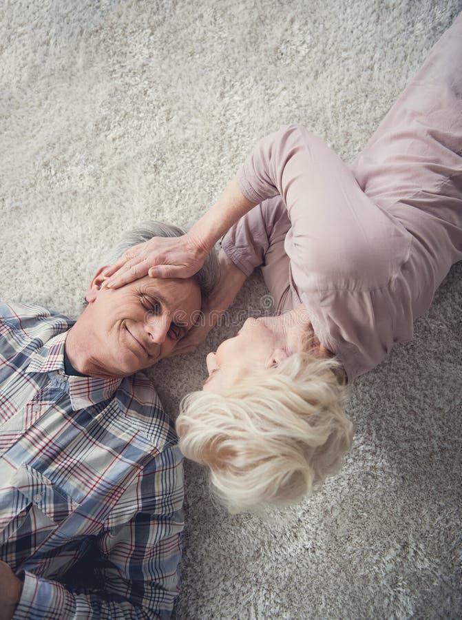 Oude vrouw die liefde tonen aan haar echtgenoot stock afbeeldingen