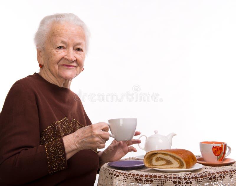 Download Oude Vrouw Die Ontbijt Hebben Stock Foto - Afbeelding bestaande uit mooi, koffie: 29503270