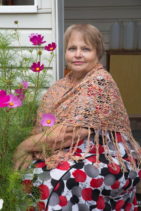 Oude vrouw die sjaal in openlucht dragen royalty-vrije stock foto