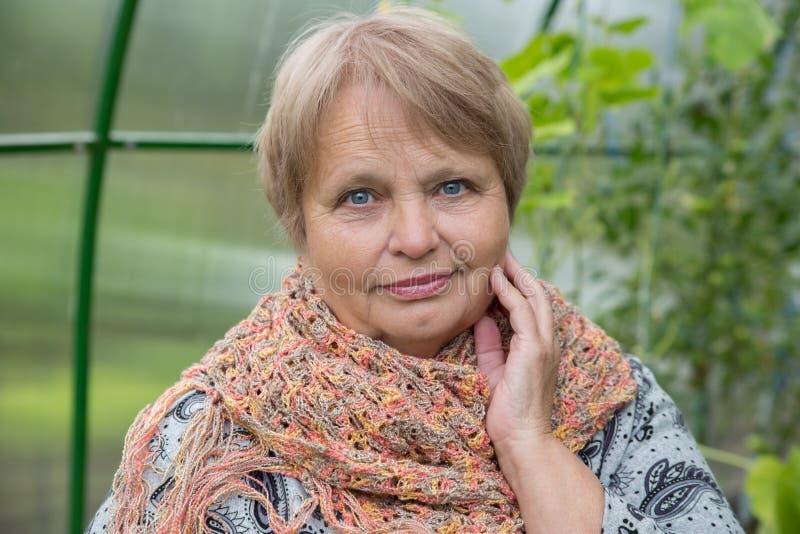 Oude vrouw die sjaal in openlucht dragen royalty-vrije stock foto's