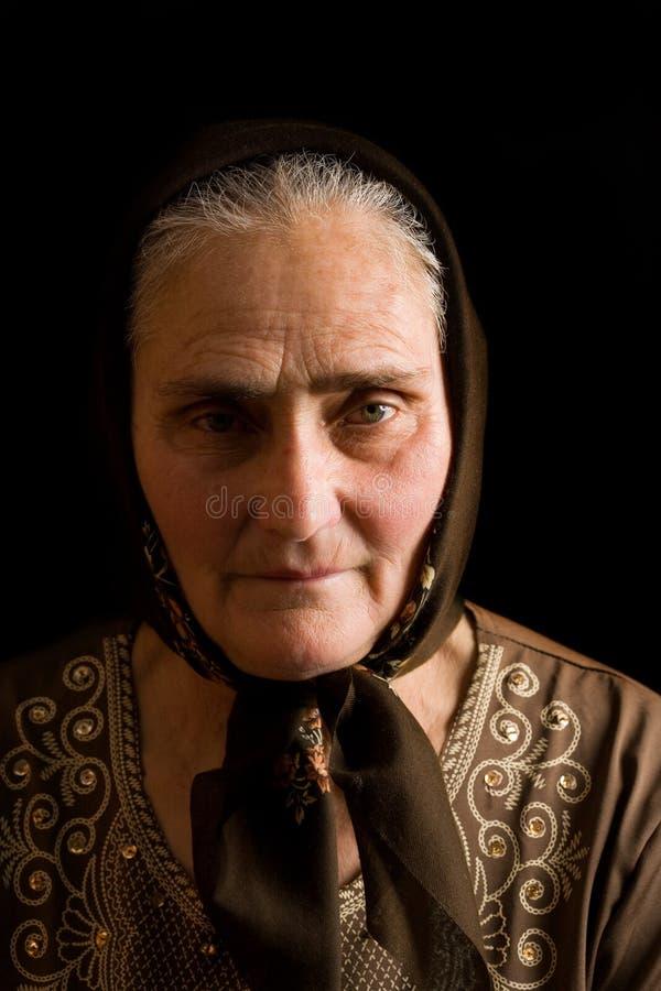 Oude vrouw in droefheid stock afbeeldingen