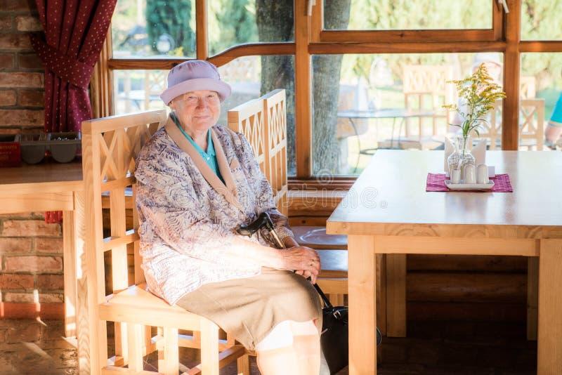 Oude vrouw in een koffie royalty-vrije stock foto