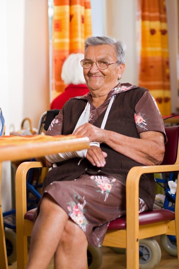 Oude vrouw in een verpleeghuis royalty-vrije stock foto