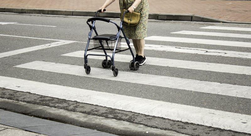 Oude Vrouw met Leurder royalty-vrije stock afbeeldingen