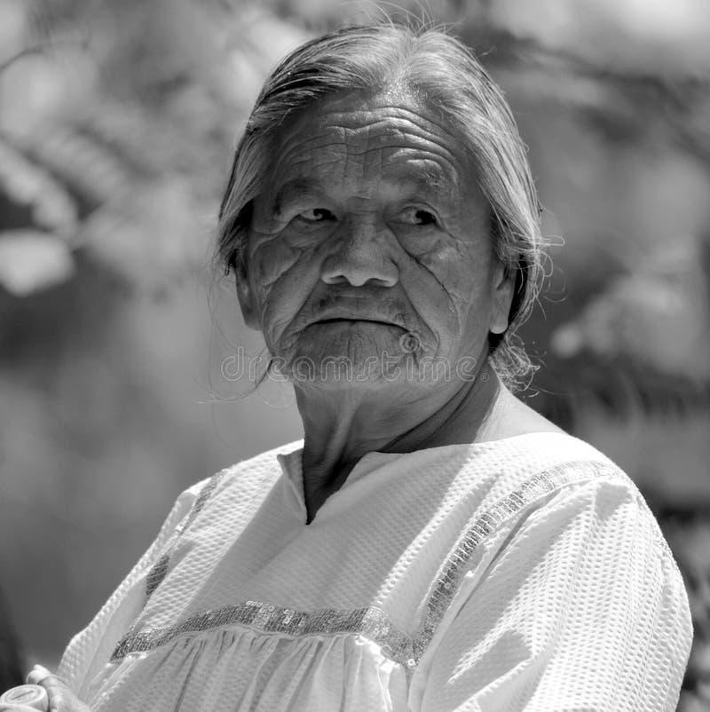 Oude vrouw Navajo stock afbeeldingen