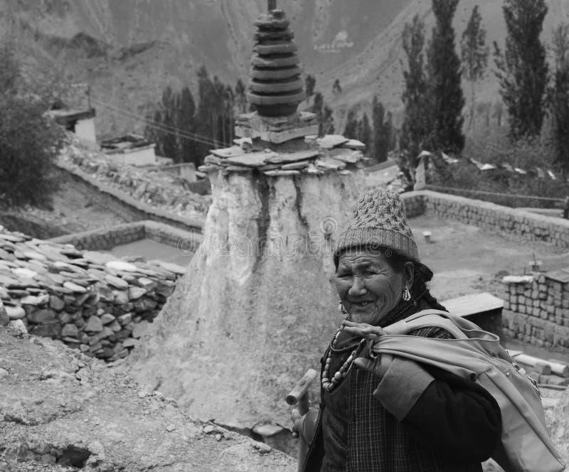 Oude vrouw van Leh, India royalty-vrije stock afbeelding