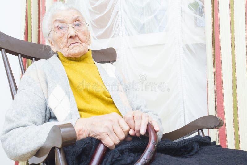 Oude vrouw in verpleeghuis stock afbeelding