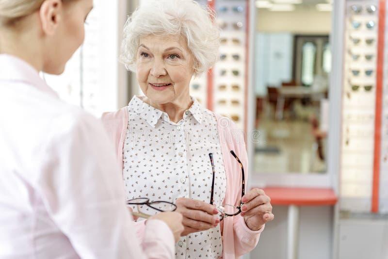 Oude vrouwelijke persoon in optische opslag royalty-vrije stock afbeeldingen