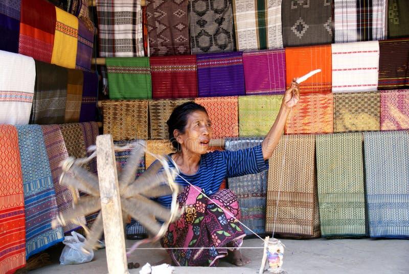 Oude vrouwen die garen in Lombok, Indonesië spinnen stock foto