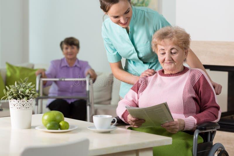 Oude vrouwen en een verpleegster royalty-vrije stock fotografie
