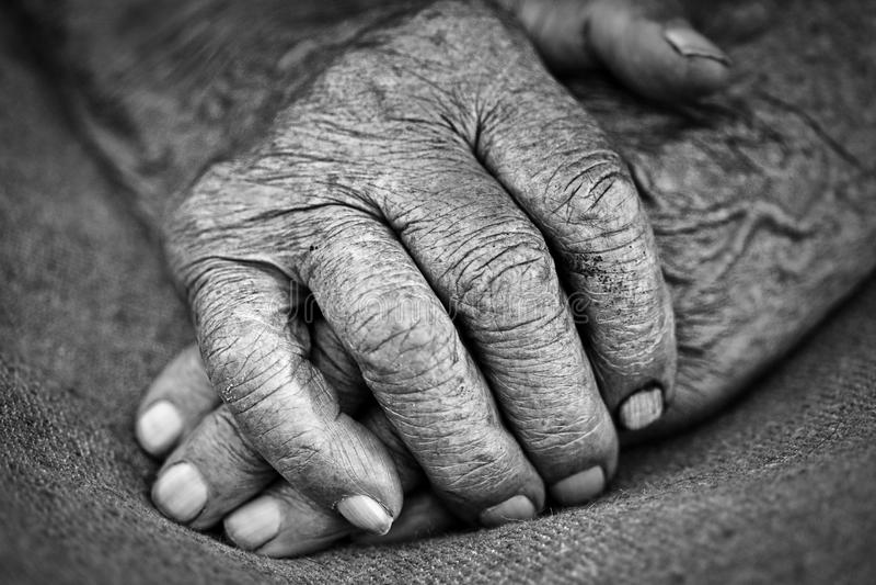 Oude vrouwenhanden stock afbeeldingen