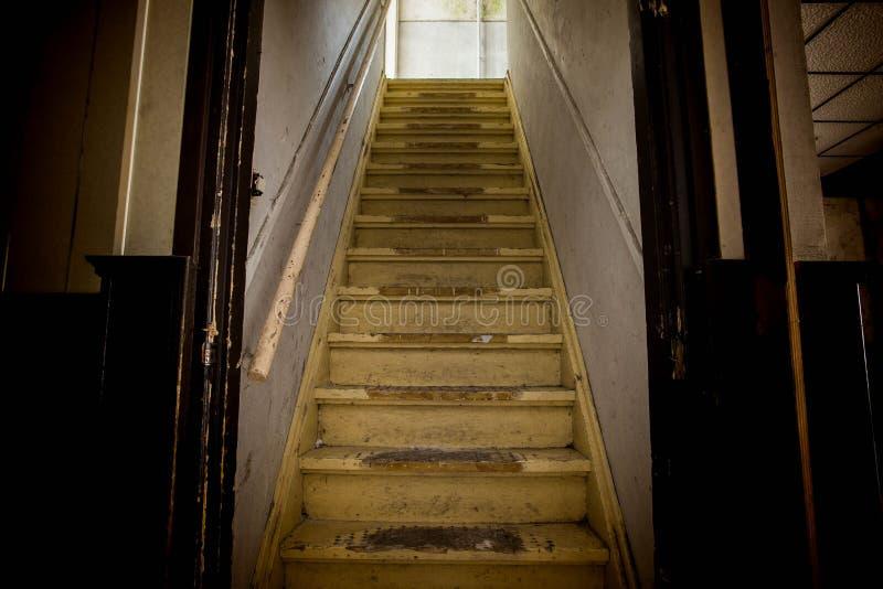 Oude vuile beschadigde verlaten houten treden aan de zolderkamer Ingang aan de zolder royalty-vrije stock afbeeldingen