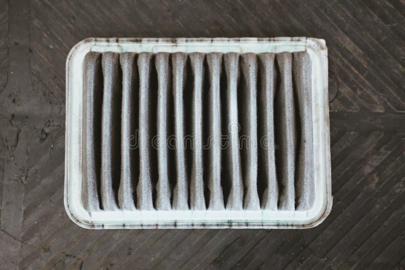oude vuile gebruikte luchtfilter van auto in de automobiele reparatiedienst stock foto's