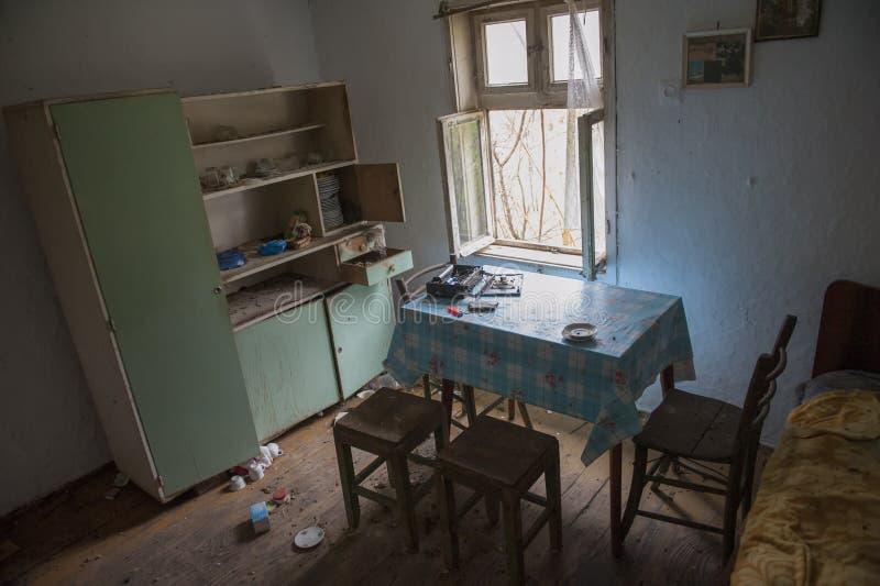 Oude vuile keuken in verlaten huis stock foto