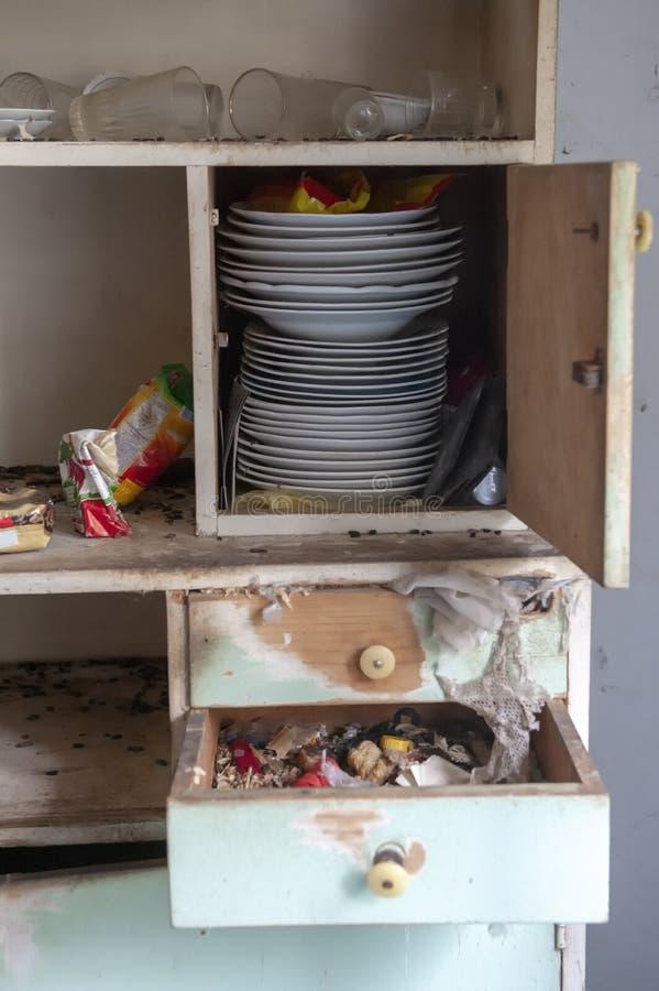 Oude vuile keuken in verlaten huis stock foto's