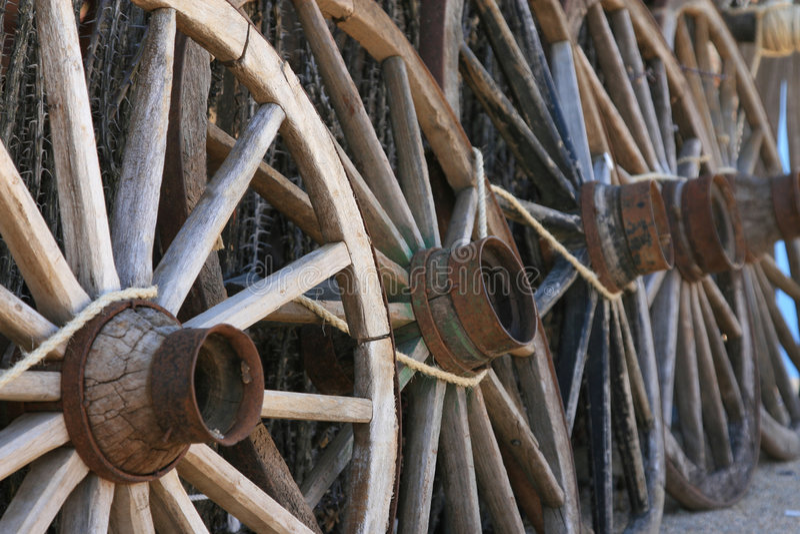 Oude wagenwielen stock afbeeldingen