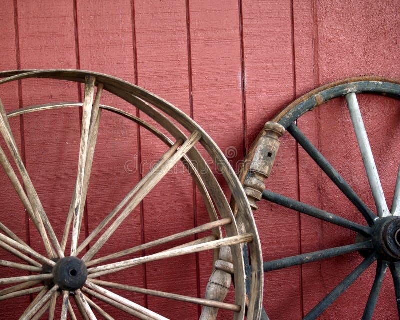 Oude wagenwielen stock foto's