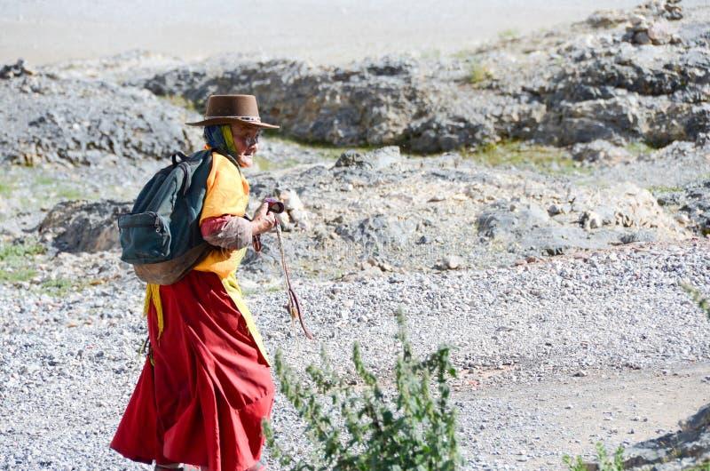 Oude wandelaars in Tibet stock fotografie