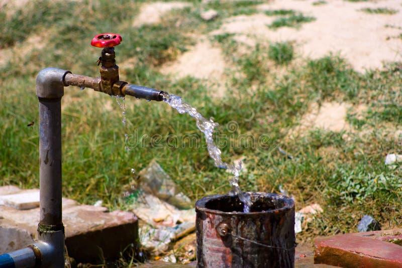 Oude waterkraan stock foto's