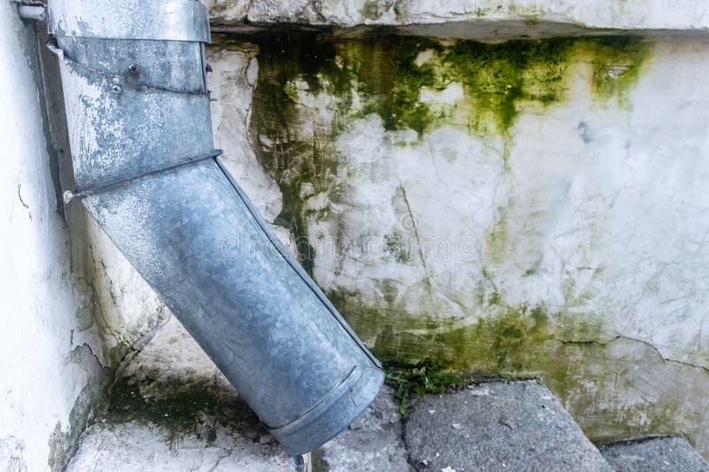Oude waterpijp dichtbij het Huis Sluit omhoog royalty-vrije illustratie