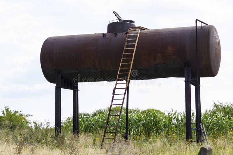 Oude watertoren, water in het dorp, roestige bouw royalty-vrije stock afbeelding